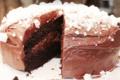 Les Délices de Joséphine. Gâteau au chocolat crémeux recouvert d'éclats de meringue vanillée