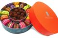 Arnaud Larher. Boîte ronde garnie de macarons & truffes