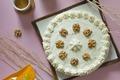Gâteau aux noix, compote de poires et chocolat blanc