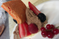 Fin sablé vanille, crémeux chocolat, fruits rouges frais et macaron