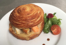 Feuillantine de saint Jacques et saumon au camembert.