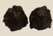 Chocogil. Rochers au chocolat noir fourrés praliné